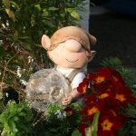 Andy la boule lumière à énergie solaire pour décoration de jardin en résine avec changement de couleur Elfe, Fée, Troll, jardin imp de la marque Garden Animals Collection image 2 produit