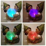 Décoration de jardin à énergie solaire en résine avec boule lumineuse qui change de couleur Motif lutin/troll Lilly and Len de la marque FHFY Garden image 2 produit