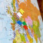OfficeTree ® Lot de 100 épingles drapeau en 5 coloris assortis - parfaites pour marque des cartes / cartes du monde / tableaux - avec boîte de rangement pratique de la marque Office Tree image 3 produit
