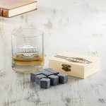Set avec verre et pierres à whisky dans boîte en bois noble avec banderole gravée - Personnalisé avec [NOM] et [DATE] - 9 pierres rafraîchissantes insipides et réutilisables - Cadeau d'anniversaire de la marque Amavel image 4 produit